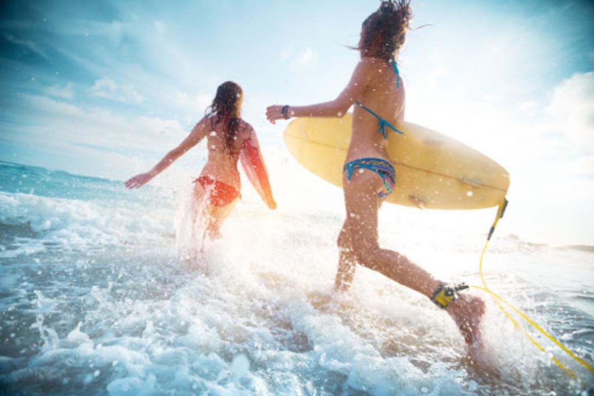女性 ビーチ サーフィン 波