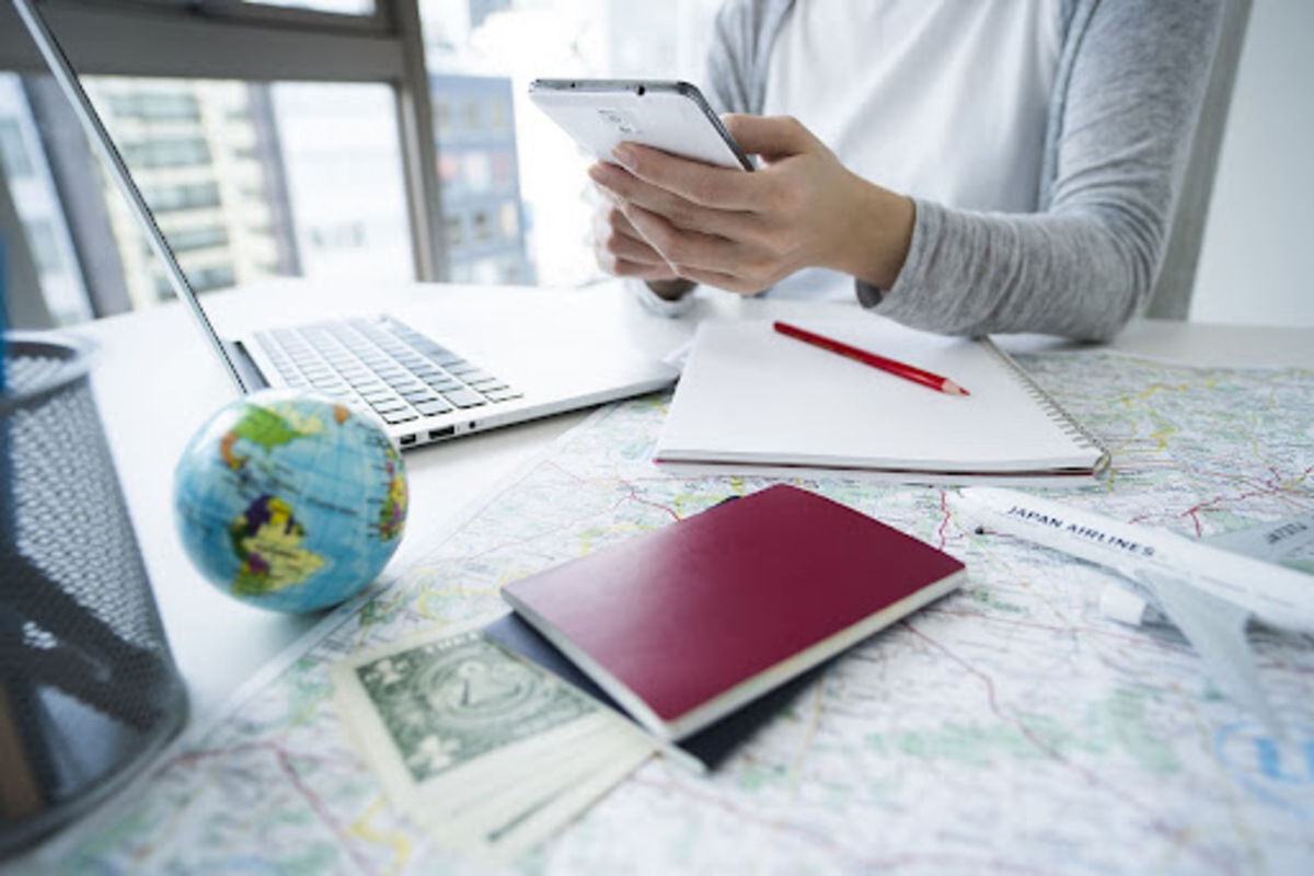 人 スマートフォン パスポート 地球儀